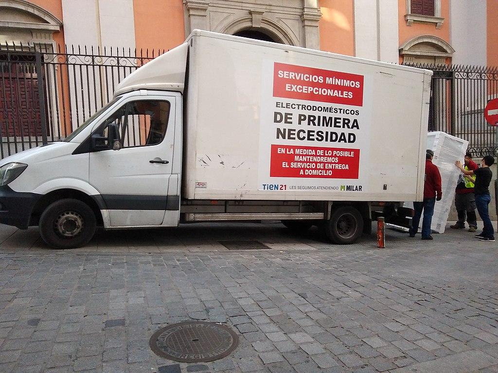 """Un camión de reparto de electrodomésticos """"de primera necesidad"""" en Madrid durante la pandemia de COVID-19 WIKIPEDIA https://es.wikipedia.org/wiki/Archivo:Electrodomesticos_servicios_minimos.jpg"""